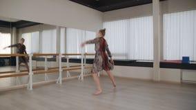 Τα τραίνα χορευτών χορεύουν στην αίθουσα χορού απόθεμα βίντεο