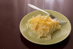 Τα τραγανά μακαρόνια με το τυρί έξυσαν στο φούρνο, που εξυπηρετήθηκε στο πιάτο επάνω από το άσπρο μαρμάρινο υπόβαθρο Στοκ Φωτογραφία