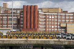 Τα τρακτέρ και τα φορτηγά εξαγωγής αναμένουν τη ναυτιλία Στοκ Φωτογραφίες