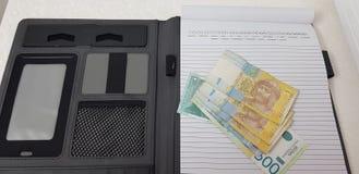 Τα τραπεζογραμμάτια του ουκρανικού hryvnia και τα σερβικά dynars βάζουν στο  στοκ φωτογραφία με δικαίωμα ελεύθερης χρήσης