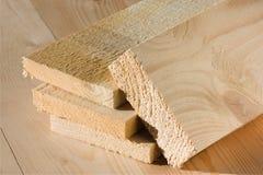 Τα τραχιά ξύλινα χαρτόνια βρίσκονται το πάτωμα Στοκ Εικόνες