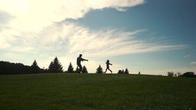 Τα τρεξίματα κοριτσιών στα όπλα του στρατιωτικού πατέρα φιλμ μικρού μήκους
