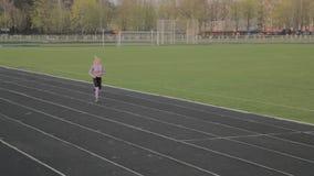 Τα τρεξίματα κοριτσιών στο στάδιο απόθεμα βίντεο