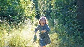Τα τρεξίματα μικρών κοριτσιών προς φιλμ μικρού μήκους