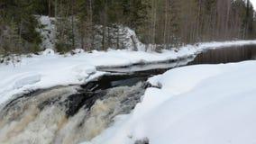 Τα τρεξίματα νερού από τον κόλπο ποταμών και δημιουργούν το γρήγορο foamy καταρράκτη φιλμ μικρού μήκους