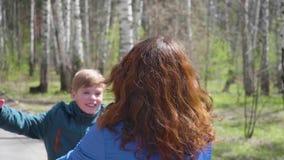 Τα τρεξίματα παιδί-γιων για να συναντήσουν τη μητέρα του, την αγκαλιάζουν ήπια Ευτυχής οικογένεια, αγαπώντας γονείς φιλμ μικρού μήκους