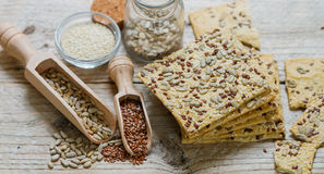 Τα τριζάτα μπισκότα έκαναν από ολόκληρο το αλεύρι σίτου με το σπόρο λιναριού, τους σπόρους ηλίανθων και το σουσάμι Στοκ φωτογραφία με δικαίωμα ελεύθερης χρήσης