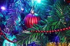 τα τρισδιάστατα Χριστούγεννα μπιχλιμπιδιών ανασκόπησης σύνθεσαν φωτογραφικό πραγματικό δίνουν στοκ εικόνα