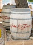 τα τρισδιάστατα βαρέλια ανασκόπησης διαμορφώνουν το άσπρο κρασί Στοκ Εικόνες