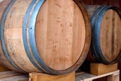 τα τρισδιάστατα βαρέλια ανασκόπησης διαμορφώνουν το άσπρο κρασί Στοκ φωτογραφία με δικαίωμα ελεύθερης χρήσης