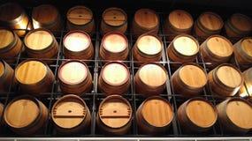τα τρισδιάστατα βαρέλια ανασκόπησης διαμορφώνουν το άσπρο κρασί Στοκ εικόνα με δικαίωμα ελεύθερης χρήσης