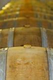 τα τρισδιάστατα βαρέλια ανασκόπησης διαμορφώνουν το άσπρο κρασί Στοκ Φωτογραφία