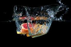 Τα τροπικά φρούτα πέφτουν υποβρύχια Στοκ εικόνα με δικαίωμα ελεύθερης χρήσης