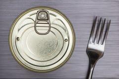 Τα τρόφιμα αλουμινίου μπορούν και να καρφώσουν με τη διχάλα Στοκ φωτογραφία με δικαίωμα ελεύθερης χρήσης