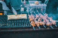 Τα τρόφιμα είναι μαγειρευμένα στη σχάρα στον ξυλάνθρακα στοκ φωτογραφίες με δικαίωμα ελεύθερης χρήσης