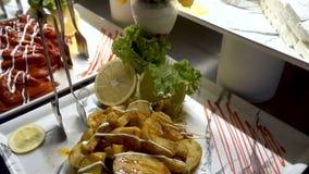 Τα τρόφιμα εξυπηρέτησαν στον πίνακα, ο σουηδικός πίνακας: κρέας, ρύζι, ζυμαρικά, σαλάτες και διάφορες κέικ και ζύμες φιλμ μικρού μήκους