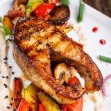 Τα τρόφιμα εστιατορίων, ψημένα στη σχάρα τρόφιμα, έψησαν τα λαχανικά, ψημένος σολομός, μπριζόλα ψαριών - μπριζόλα σολομών Στοκ Εικόνες