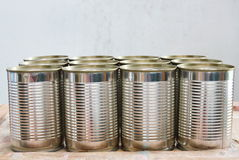 Τα τρόφιμα κασσίτερου μπορούν σε ξύλινο να επιβιβαστούν Στοκ Φωτογραφία