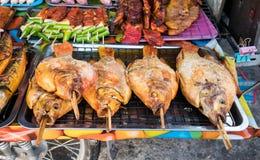 Τα τρόφιμα οδών χρονοτριβούν τα πωλώντας θαλασσινά, ψημένο στη σχάρα κοτόπουλο, BBQ, εκεί Στοκ φωτογραφία με δικαίωμα ελεύθερης χρήσης