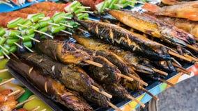 Τα τρόφιμα οδών χρονοτριβούν τα πωλώντας θαλασσινά, ψημένο στη σχάρα κοτόπουλο, BBQ, εκεί Στοκ εικόνες με δικαίωμα ελεύθερης χρήσης