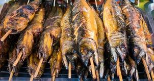 Τα τρόφιμα οδών χρονοτριβούν τα πωλώντας θαλασσινά, ψημένο στη σχάρα κοτόπουλο, BBQ, εκεί Στοκ Εικόνα