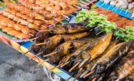Τα τρόφιμα οδών χρονοτριβούν τα πωλώντας θαλασσινά, ψημένο στη σχάρα κοτόπουλο, BBQ, εκεί Στοκ Εικόνες