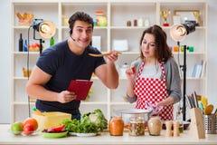 Τα τρόφιμα που μαγειρεύουν τη TV παρουσιάζουν στο στούντιο Στοκ εικόνες με δικαίωμα ελεύθερης χρήσης