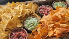 Τα τσιπ και οι σάλτσες από το ψήσιμο πάπρικας ντοματών και η μαγιονέζα για ένα κόμμα ή ένα εστιατόριο γεγονότος κτυπούν σε αργή κ απόθεμα βίντεο