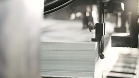 Τα τυπωμένα φύλλα του εγγράφου εξυπηρετούνται στον Τύπο εκτύπωσης Όφσετ, CMYK Στοκ Φωτογραφίες