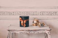 Τα τυλιγμένα μαύρα κουτιά δώρων με τις κορδέλλες ως χριστουγεννιάτικα δώρα σε έναν άσπρο τοίχο επιτραπέζιας πολυτέλειας σχεδιάζου Στοκ φωτογραφία με δικαίωμα ελεύθερης χρήσης
