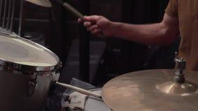 Τα τύμπανα παιχνιδιού τυμπανιστών τζαζ ατόμων κατά τη διάρκεια της μουσικής παρουσιάζουν απόθεμα βίντεο