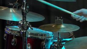 Τα τύμπανα παιχνιδιών μουσικών Χέρια τυμπανιστών ` s μπλε εξάρτηση τυμπάνων Συναυλία της Jazz στη λέσχη απόθεμα βίντεο