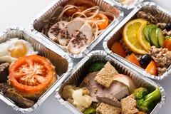 Τα υγιή γεύματα παίρνουν μαζί στα εμπορευματοκιβώτια φύλλων αλουμινίου στοκ φωτογραφίες με δικαίωμα ελεύθερης χρήσης