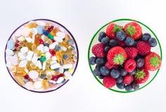 Τα υγιή συμπληρώματα τρόπου ζωής, έννοιας διατροφής, φρούτων και βιταμινών με το αντίγραφο χωρίζουν κατά διαστήματα στο άσπρο υπό Στοκ Φωτογραφία