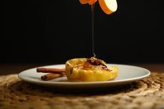 Τα υγιή τρόφιμα από ένα ψημένο μήλο χύνονται με το μέλι Στοκ εικόνα με δικαίωμα ελεύθερης χρήσης