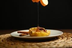 Τα υγιή τρόφιμα από ένα ψημένο μήλο χύνονται με το μέλι Στοκ εικόνες με δικαίωμα ελεύθερης χρήσης