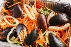 Τα υγιή τρόφιμα παίρνουν μαζί στο κιβώτιο φύλλων αλουμινίου στο ξύλινο υπόβαθρο Στοκ φωτογραφίες με δικαίωμα ελεύθερης χρήσης