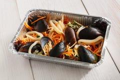 Τα υγιή τρόφιμα παίρνουν μαζί στο κιβώτιο φύλλων αλουμινίου στο ξύλινο υπόβαθρο Στοκ εικόνες με δικαίωμα ελεύθερης χρήσης