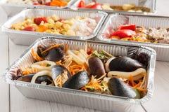 Τα υγιή τρόφιμα παίρνουν μαζί στο κιβώτιο φύλλων αλουμινίου στο ξύλινο υπόβαθρο Στοκ φωτογραφία με δικαίωμα ελεύθερης χρήσης