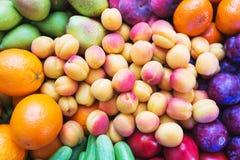 Τα υγιή, όμορφα και νόστιμα τρόφιμα είναι φρούτα Βιταμίνες και φωτεινά θερινά χρώματα στοκ εικόνα με δικαίωμα ελεύθερης χρήσης