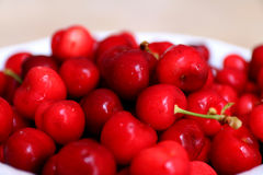 Τα υγιή, juicy, φρέσκα, οργανικά κεράσια στο κύπελλο φρούτων κλείνουν επάνω Κεράσια στο υπόβαθρο Στοκ Φωτογραφία