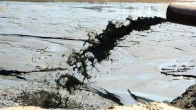 Τα υγρά απόβλητα χύνουν από τη σωλήνωση που μολύνει το περιβάλλον απόθεμα βίντεο