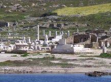 Τα υπολείμματα επί του αρχαιολογικού τόπου Delos όπως βλέπει από το πορθμείο, νησί Delos, Μύκονος Στοκ φωτογραφία με δικαίωμα ελεύθερης χρήσης