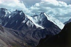 Τα υψηλά βουνά που κρεμούν τον παγετώνα, τη γλώσσα του χιονιού και τον πάγο κατεβαίνουν κατά μήκος ενός κάθετου τοίχου στην κοιλά Στοκ φωτογραφίες με δικαίωμα ελεύθερης χρήσης