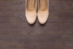 Τα υψηλά τακούνια είναι στο ξύλινο υπόβαθρο με το διάστημα αντιγράφων Στοκ εικόνες με δικαίωμα ελεύθερης χρήσης