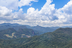 Τα υψηλά τροπικά βουνά άποψης γωνίας από την άποψη απαγορεύουν luk το γιο της Hong khao lam mae, Ταϊλάνδη στοκ εικόνα με δικαίωμα ελεύθερης χρήσης