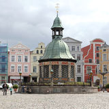 Τα υδάτινα έργα στην αγορά Wismar Στοκ Φωτογραφίες