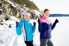 Τα φίλαθλα κορίτσια φυλλομετρούν επάνω Στοκ φωτογραφία με δικαίωμα ελεύθερης χρήσης