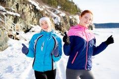 Τα φίλαθλα κορίτσια φυλλομετρούν επάνω Στοκ Εικόνες