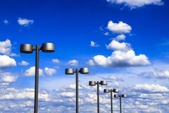 Τα φανάρια οδών του χάλυβα χρωματίζουν ενάντια στο μπλε ουρανό και τα όμορφα σύννεφα, πόλη Dnipro, Ουκρανία Στοκ Εικόνες